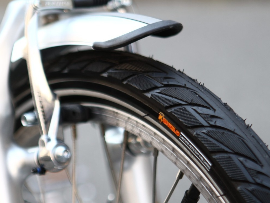 AGOGS SilverGo - tire with special anti-puncture layer. Fender with reflective stripe.