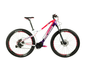 A very popular women's mountain e-bike with a range of up to 150 km, which will be taken care of by a central Bafang M500 engine and a stronger Li-Ion battery 630 Wh. Modern geometry and high-quality design of the entire e-bike ensures excellent stability and controllability even on more demanding tracks.