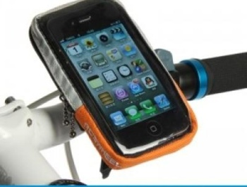 Thanks to the Roswheel handlebars, you always have your phone at your fingertips.